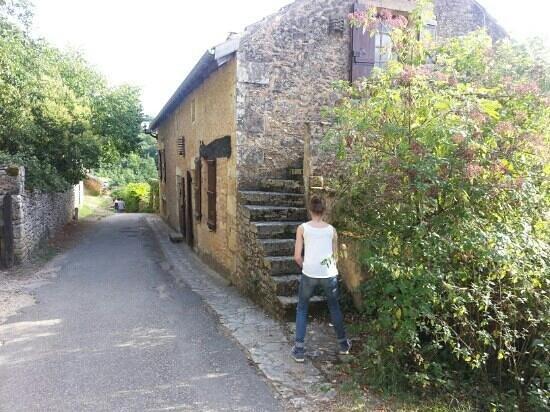 Château de Bonaguil : little streets just below the castle of Bonaguil