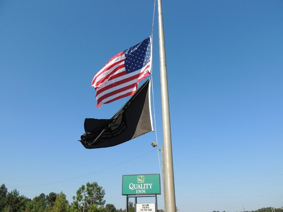 Quality Inn Americus: Flagpole at the Quality Inn