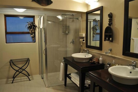 Moontide Guest House: a luxerious and spacious bathroom