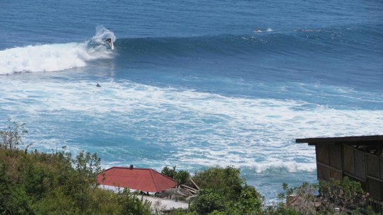 Puri Uluwatu Villas: Great warm surfing view