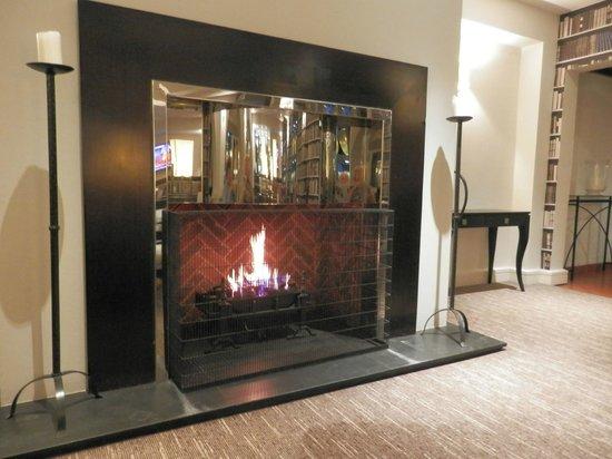 Holiday Inn Birmingham-Bromsgrove: The fireplace in the bar