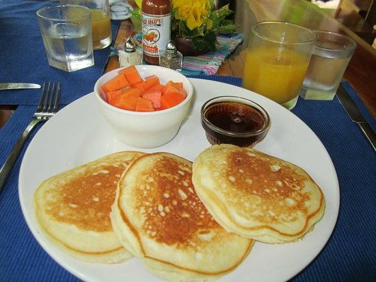 Table Rock Jungle Lodge: Delcious pancakes with fresh fruit and fruit juices from the orchards.