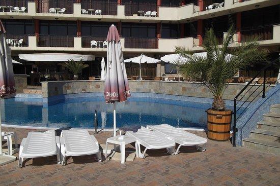 Nobel Hotel: Around the pool