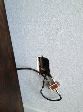 Travelodge Suites Virginia Beach Oceanfront : TV cable hanging out of wall