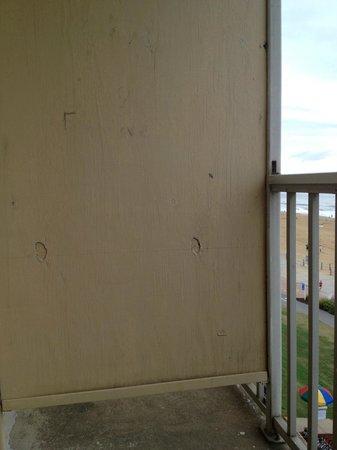 Travelodge Suites Virginia Beach Oceanfront : The divider between balconies