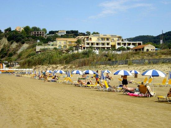 Delfino Blu Boutique Hotel: View up from beach