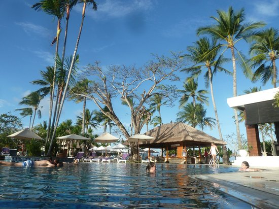 Nusa Dua Beach Hotel & Spa: in the pool, great sunny day.