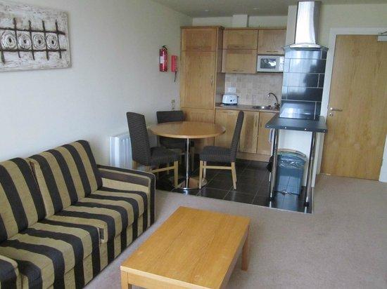 The Connacht Hotel: salotto con angolo cucina