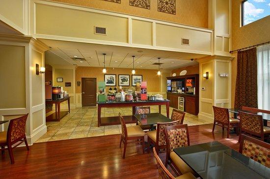 Hampton Inn & Suites Sevierville @ Stadium Drive: Breakfast Room/Dining Room