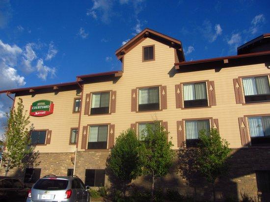 Courtyard Flagstaff: la vue sur l'avant de l'hôtel