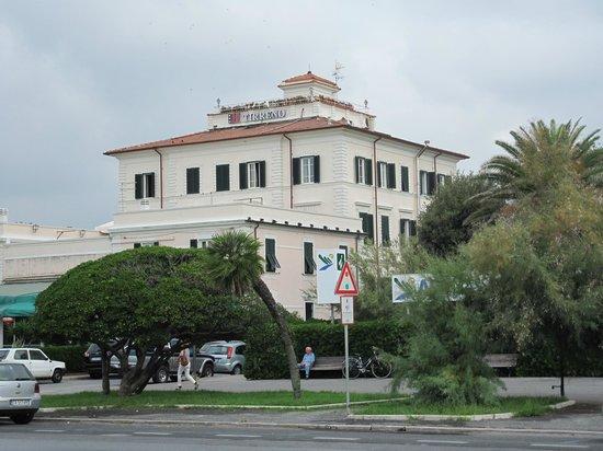Hotel Tirreno: l'hotel visto dal lungomare