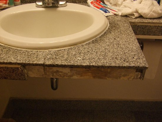 Monterey Fairgrounds Inn: tiles missing on sink surround