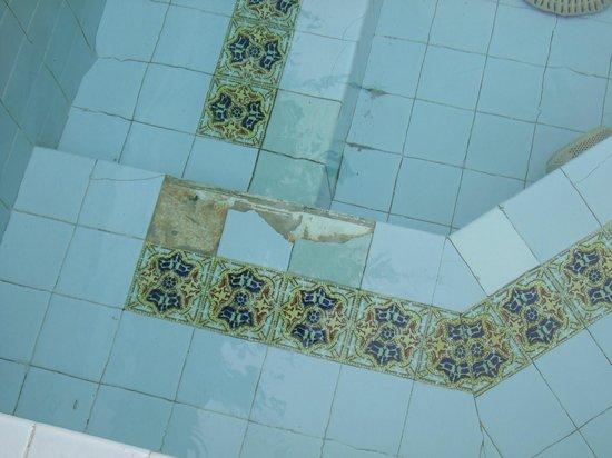 Monterey Fairgrounds Inn: spa tiles broken