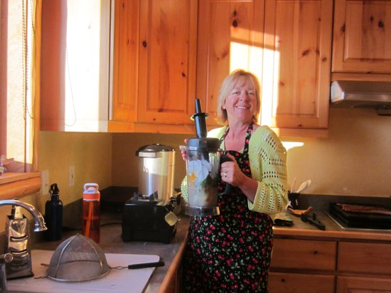 Outlook Inn Bed and Breakfast : Michelle making her green smoothie