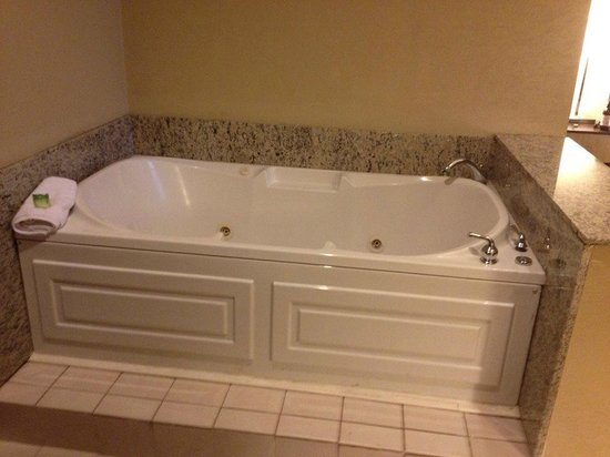 Holiday Inn Express Cleveland Downtown : King Suite Hot Tub