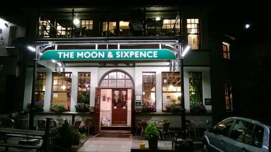Moon & Sixpence: Atmosfera calda e accogliente, buona birra e buon cibo...
