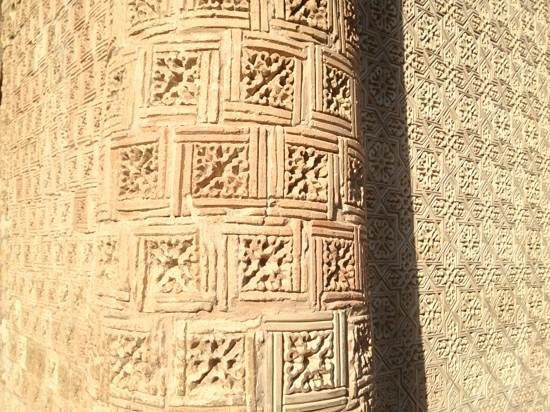 Aisha Bibi Mausoleum: old parts