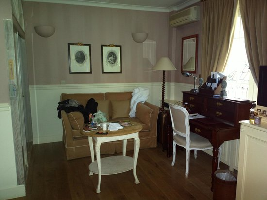 Hotel De Tuilerieen: Sorry, already untidy: the sitting area of our room