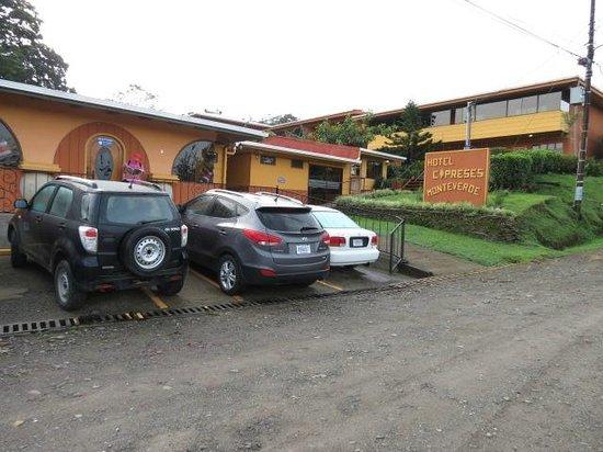 Hotel Cipreses Monteverde Costa Rica: Desde la calle, vista del parqueo y habitaciones.