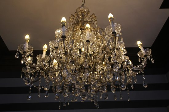 Hotel De Tuilerieen: The chandelier (le lustre) in the bar sitting room