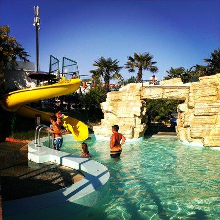 La piscina per i bambini con scivolo e cascata picture - Residence riccione con piscina ...