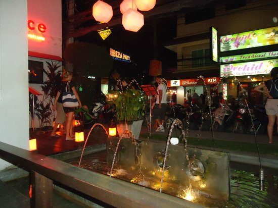 Rice Italian Restaurant & Lounge : Lovely water feature and view of the chaweng main road