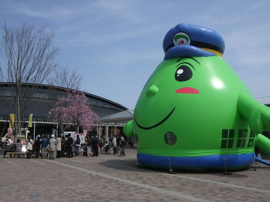 Michi-no-Eki Shimotsuke: (春)巨大なバルーンに子供は無料で中に入って遊べる
