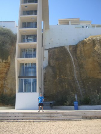 Rainha D Leonor Apartamentos : lift to beach 5 mins from apartments