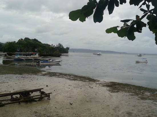 Paradise Bay Beach & Watersport Resort: Low tide - view from garden