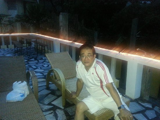 Paradise Bay Beach & Watersport Resort: At the roof top.. take care --one broke sun-tan bench