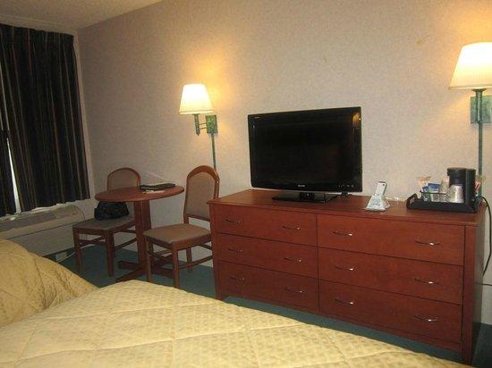 Quality Inn & Suites Riverfront : tv