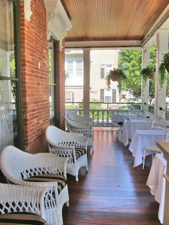 Saratoga Arms : Front porch