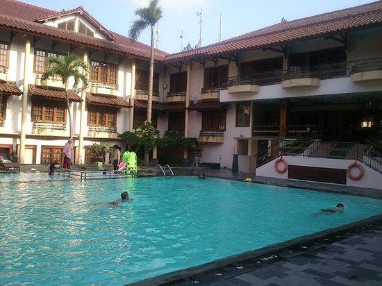 Jogjakarta Plaza Hotel: swimming pool in the morning