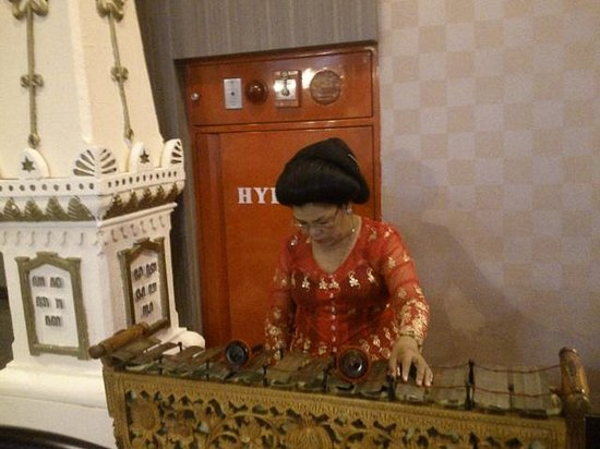 Jogjakarta Plaza Hotel: gamelan performed by old woman
