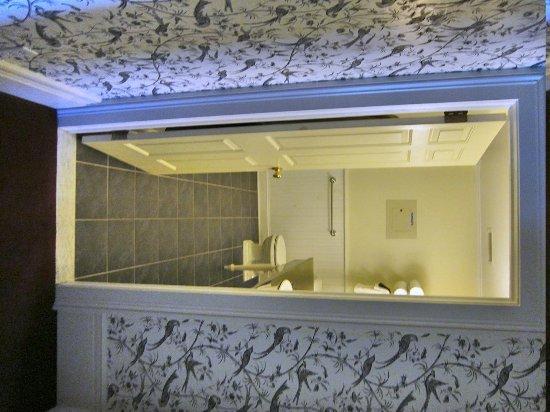 Saratoga Arms: Bathroom