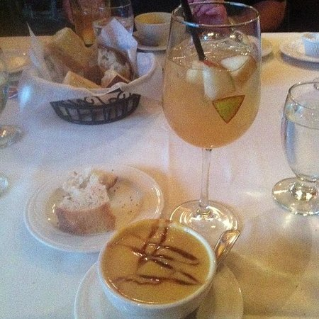 MT's Local Kitchen & Wine Bar : Sangria and butternut squash soup
