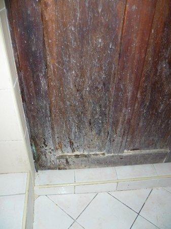 Funguni Palace Hotel : Zimmertür zum Bad