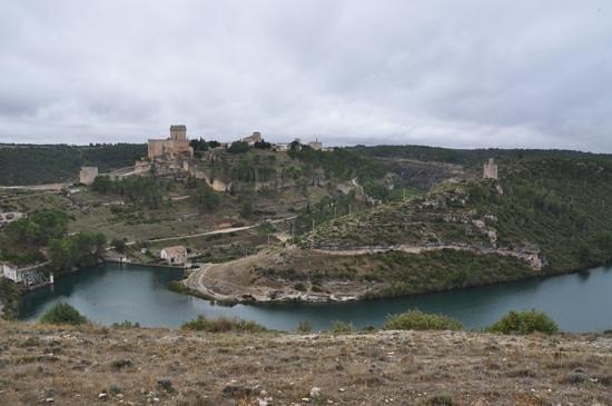 Parador de Alarcon : vue generale du chateau et du village en arrivant