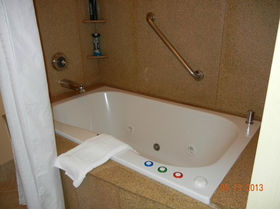 Holiday Inn Express El Dorado Hills Hotel : Relax in the in room tub