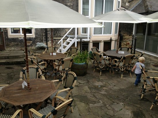 Mount Royale Hotel & Spa: Outdoor seating/dining
