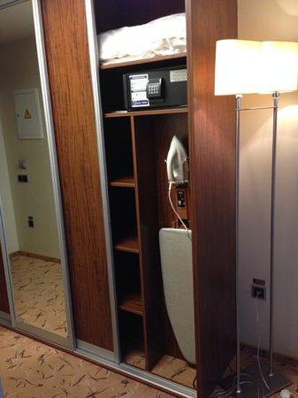 Hotel Avalon: утюг в шкафу