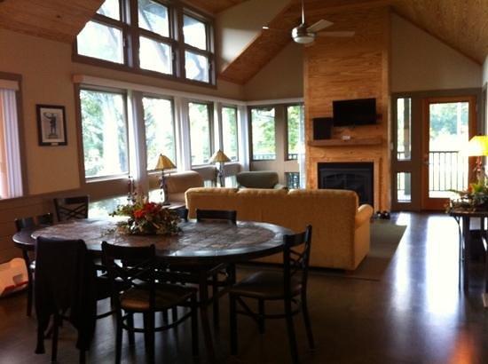 David Crockett State Park: living room and dining area