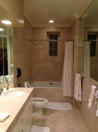 The Scarlet Huntington : Huge bathroom