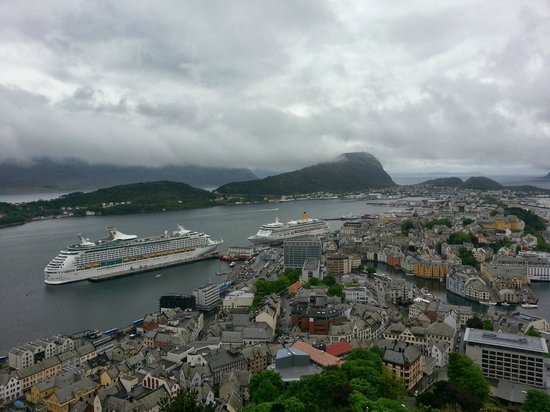 Aalesund Vandrerhjem : view from the hill just above the hostel