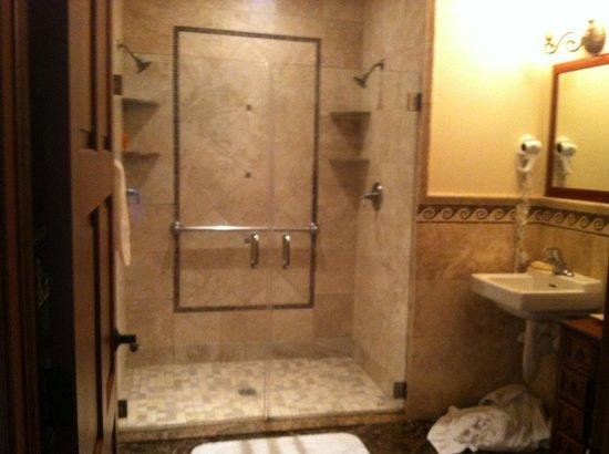 The Flanders Hotel: Bathroom
