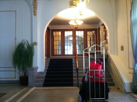The Flanders Hotel: Steps to get to the promenade suites