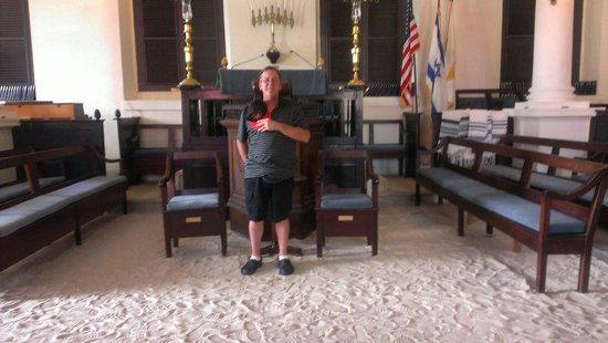 Beracha Veshalom Vegimulth Hasidim Synagogue: Absolutely amazing place to visit