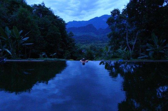 Zen Namkhan Boutique Resort: Swim to infinity