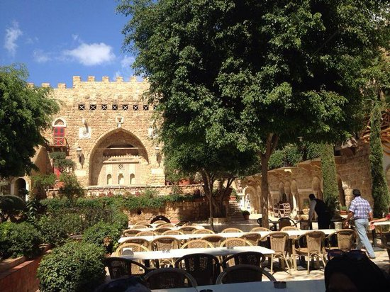 Assaha Hotel: Open Air Restaurant