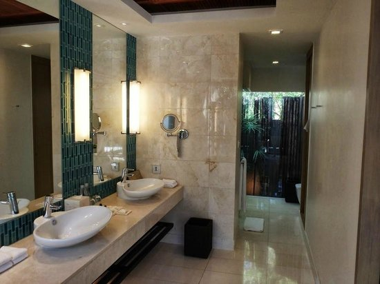 Renaissance Phuket Resort & Spa: Villa Bathroom